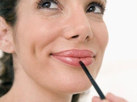 apply-lipstick